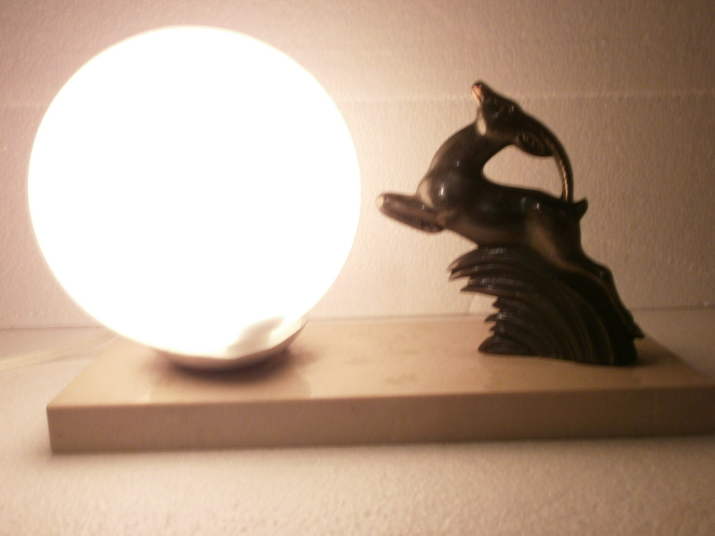 Bella lampada da tavolo francese Art Deco salto Gazelle cervo
