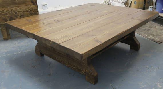 Grande table basse rustique de planche de gros morceau avec l\'étagère
