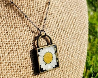 Lock Necklace, White Daisy Necklace, Wildflower Necklace, Daisy, Dried Flower Necklace, Pressed Flower Necklace, Lock Chain Necklace, Cute