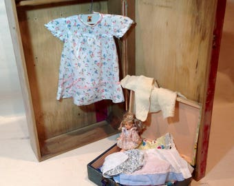 Dolls trunk/wardrobe