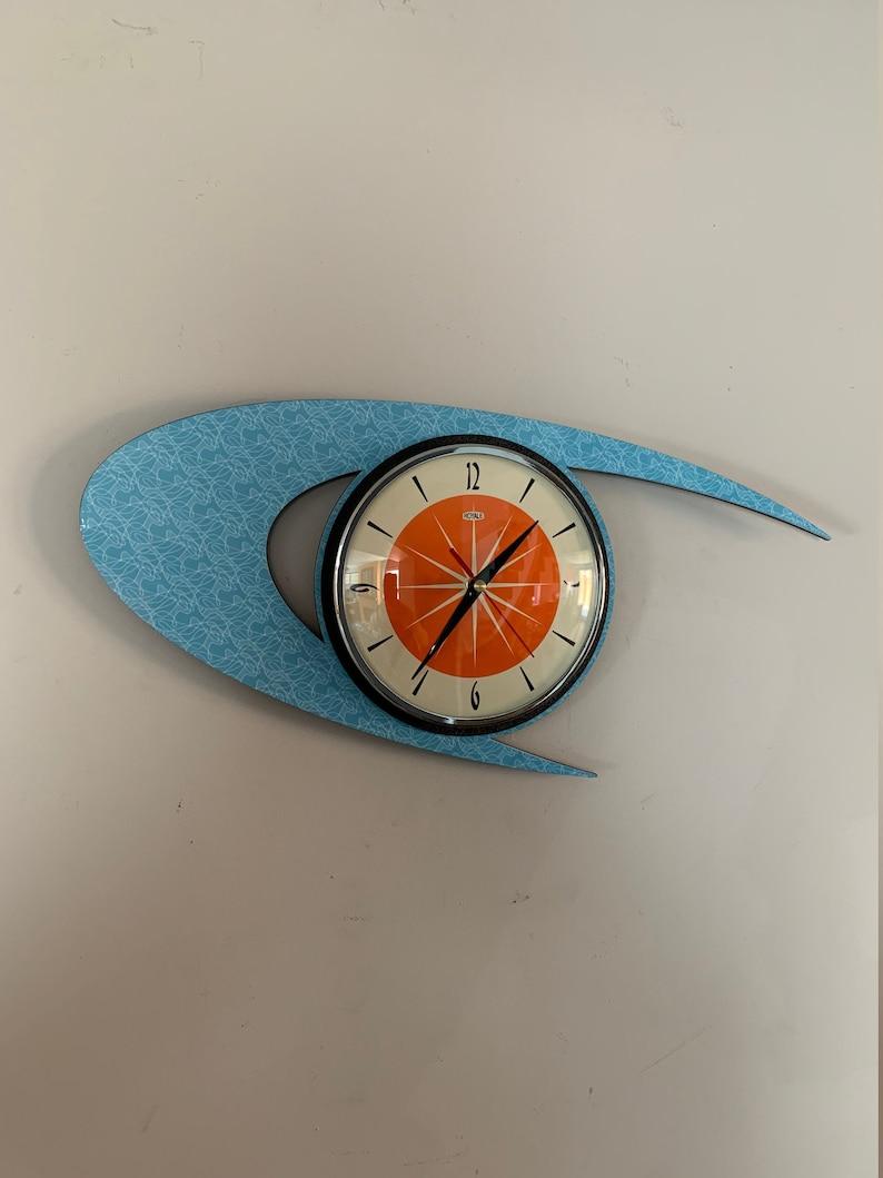 Horloge de mur de Lucite Formica de Couleur - Midcentury Atomic Boomerang Retro style en bleu ciel smeg avec cadran Tangerine