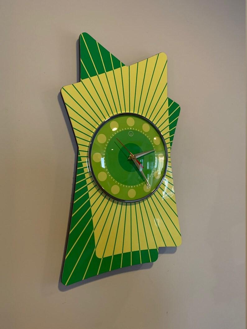 Grande couleur gravée Lucite Formica Wall Clock de Royale - Midcentury Atomic Retro style en vert vif - Citron