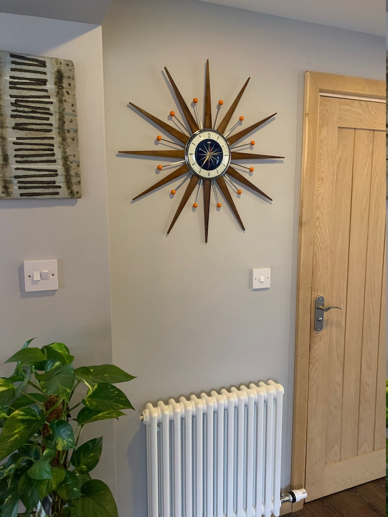 27 pouces Hand Made Mid Century style Starburst Sunburst Clock by Royale - Welby style Medium Teak Rays - avec Navy Blue Dial