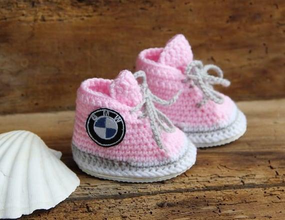Häkeln Baby Turnschuhe, BMW Logo Turnschuhe, personalisierte Baby Schuhe, neugeborene Mädchen Turnschuhe, gestrickte Baby Kleidung