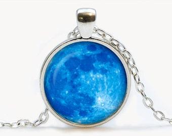 Colgante de vidrio con luna azul. Collar de planeta. Regalo de cumpleaños de joyería cosmos