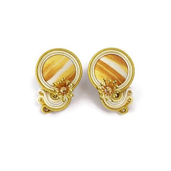 abile design per tutta la famiglia grandi affari 2017 Orecchini Soutache bianco e oro con bottoni in tessuto