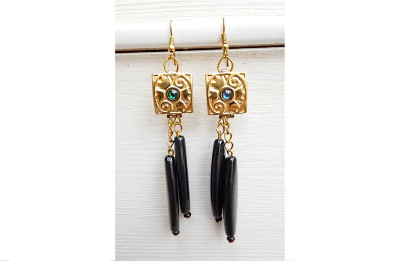 chic and elegant jewellery style nickel-free and unleaded gold ties Gold and black metal earrings