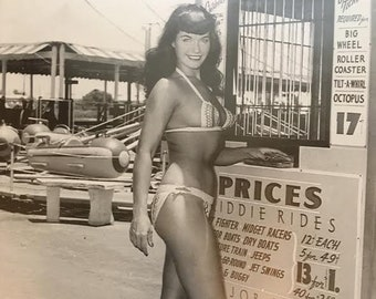 22ee0c450b812 Original Signed Photo 1950s Pinup Superstar Bettie Page Photographed    Autographed by Bunny Yeager Free Shipping Bikini Shot Fun in the Sun