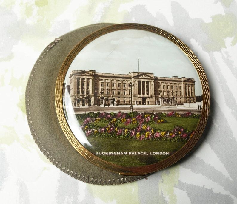 Castle Melissa Loose Powder Case 1950s Landmark Pattern Souvenir London Compact Mirror Buckingham Palace Powder Compact Gold Toned
