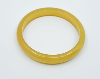 bakelite bangle yellow lightly swirled vintage early plastic tested one size large midcentury collectible jewellery French modern 1960s