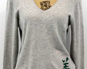 Light gray cashmere v-neck embroidered with Chinese symbol for happy design