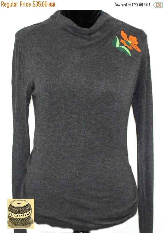 Suéter de rayón gris oscuro con embudo suelta escotebordados con diseño de hoja de deco
