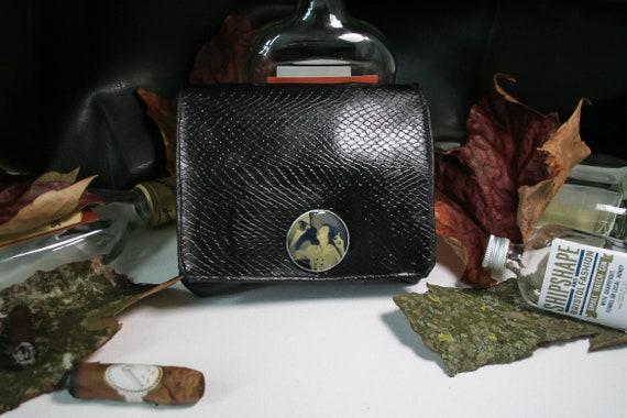 bf83925b8e51c Schwarz Tabaktasche Vegan Leder mit Python print und Vintage
