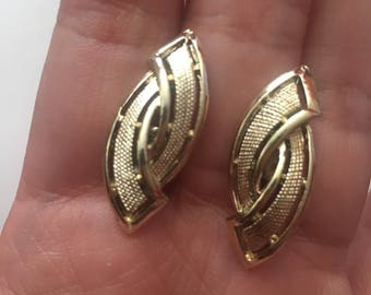 Vintage Coro gold tone textured screw back earrings