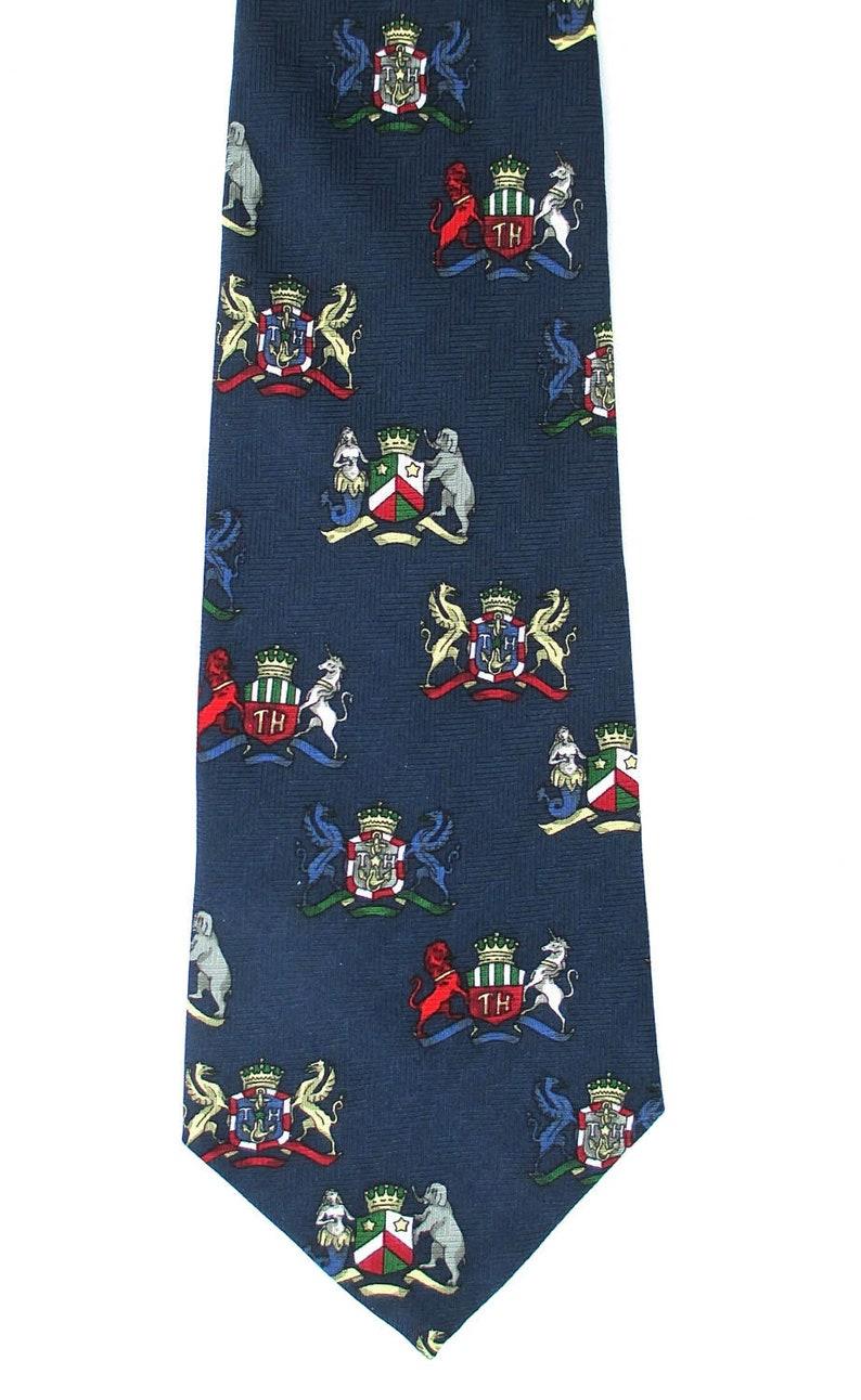 Tommy Hilfiger Navy Blue Silk Necktie, Heraldic Crest Coat of Arms, Red Green Retro Fashion Accessory, Men's Business Clothing, Cadeau des Fêtes