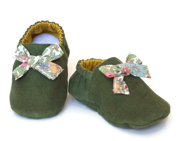 Baby girls shoes, booties and crib shoes. girls shoes, baby shoes, Green corduroy shoe with floral cotton bow and mustard lining