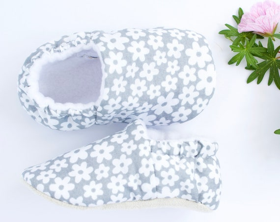 Baby shoes, grey shoes, baby shoes girl, baby girl shoes, flower shoes, baby moccs, grey and white daisy shoe.