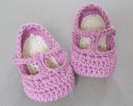 Baby shoes, baby shoes girls, baby girls shoes, crochet baby T Strap, girls booties, newborn shoes. Pink and ivory.