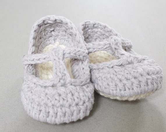 Baby shoes, baby shoes girls, baby girls shoes, crochet baby T Strap, girls booties, newborn shoes. Grey and ivory.