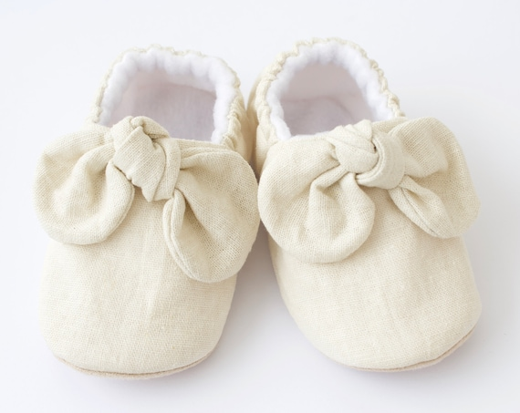 baby girl shoe, baby shoe with bow, ivory baby girl shoe, girls shoe, girls mocc with detail.