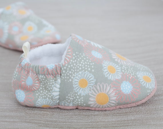 Baby shoes, grey shoes, girls shoes, flower shoes, baby shoes girls, baby girls shoe, daisy shoe.