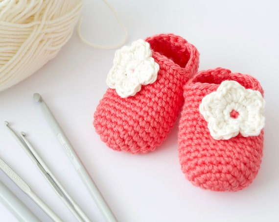 Baby shoes, baby shoes girls, baby girls shoes, crochet baby booties, girls booties, newborn shoes. Grapefruit and ivory crochet booties