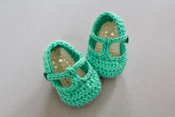 Baby shoes, baby shoes girls, baby girls shoes, crochet baby T Strap, girls booties, newborn shoes. Green and ivory.