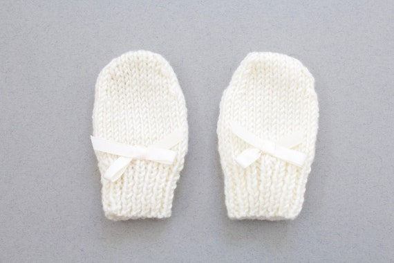 Mittens, baby mittens, new baby gift, baby girls mittens, scratch mittens, ivory hand knitted baby girls winter mittens.