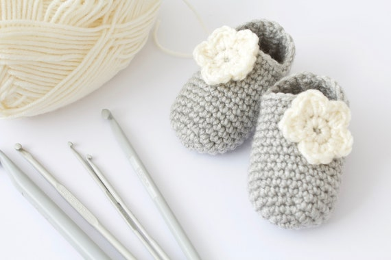Baby shoes, baby shoes girls, baby girls shoes, crochet baby booties, girls booties, newborn shoes. Grey and ivory crochet booties