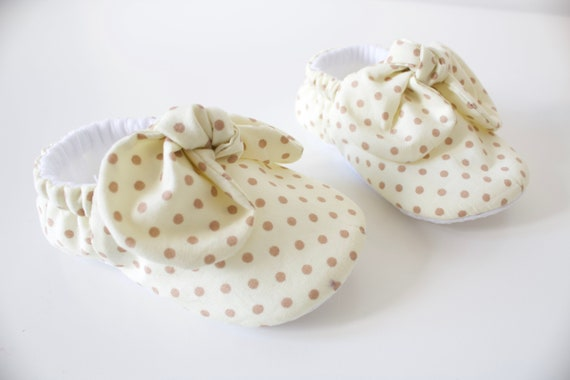 Baby girls shoes, booties and crib shoes. girls shoes, baby shoes, coffee & cream dot fabric girls shoes. baby shower gift. with knot bow.