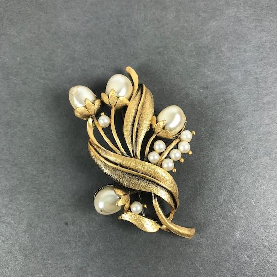 Vintage Gold Brooch Rhinestone brooch Pin Brooch Gold tone 110604