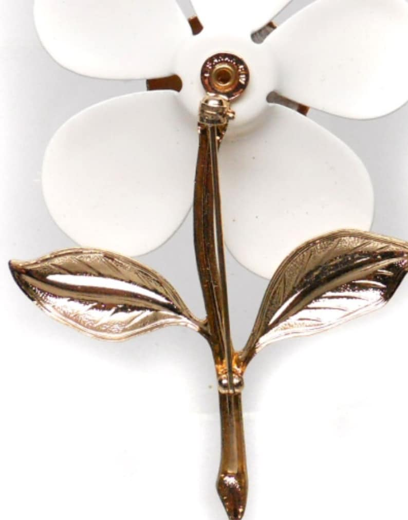 Vintage Sarah Coventry Designer Gold Tone Enamel Floral Brooch Featuring Oversized White Petals With Dual Textured Leaf Accents