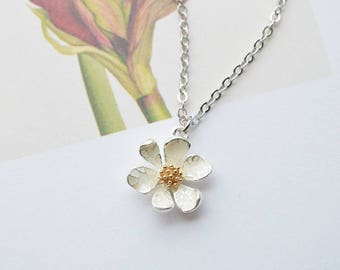 Free Gift Wrapping, Daisy necklace in silver, Daisy necklace, Wedding necklace, Bridesmaid gift, mothers day gift, flower girl necklace