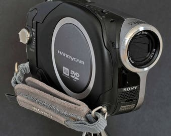 Sony DCR-DVD203 Digital HandyCam w 3-36mm 12X Optical Zoom Lens Camcorder Movie Camera + Stills Camera for Film Makers MiNTY !