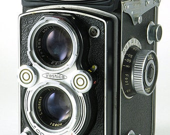 Yashica-Mat TLR Twin Lens Reflex MF 120 Medium Format Camera w 80mm f/3.5 Yashinon Lens Works Well STuNNING MiNTY !