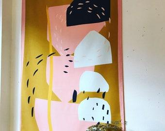 Wandkleed bedrukt katoen, Growing Big, 90x153 cm. Alleen bovenkant tunnel met houten ophangstok. oker en roze. Wanddecoratie, wooninrichting