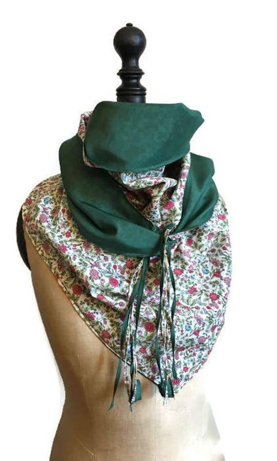 Foulard triangle chèche imprimé fleurs Liberty vert et rose en coton soie  doux 10c4d2eedf8