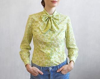 Chemise à fleurs vert anis avec noeud papillon / des années 60 années 70 chemise avec noeud / light blouse Secrétaire vert / micro floral pattern haut chemise vert clair