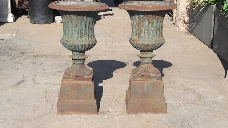 Charmant Pair Of French Cast Iron Garden Urns (Set Of 2)