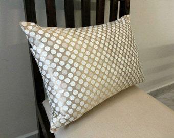 Polka Dots Kussens : Interieur slaapkamers met polka dot kussens op bed en decoratieve