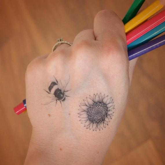 Mini Bumble Bee En Zonnebloem Tatouage Ingesteld Leuk Festival Tatoeages Zonnebloem Tattoo Bee Tattoo Kleine Tijdelijke Tatouages
