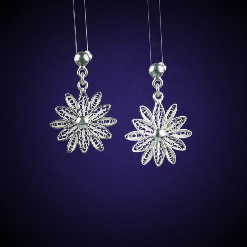 bc0c829c2805 Filigrana flor pendientes     aretes de plata   blanco