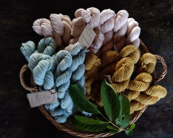 Bulky roving yarn single ply hand dyed with walnut leaves. Soft 100% merino skein made in Italy, knitting needles 10 11 for chunky knitwear