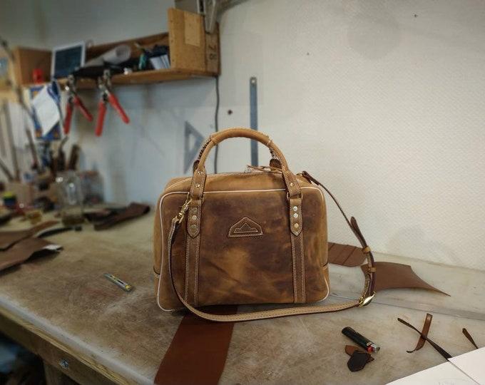 Malette , petite valise,porte-documents, ordinateur,en cuir marron miel pull-up vieilli