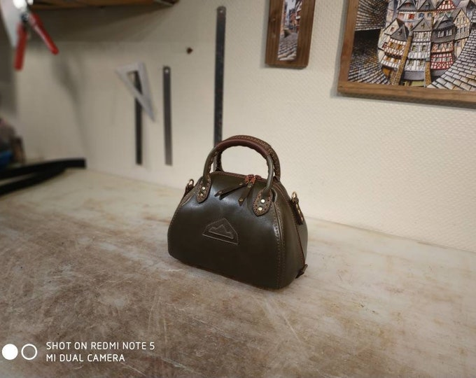 Small bowling green stitching leather bag Brown