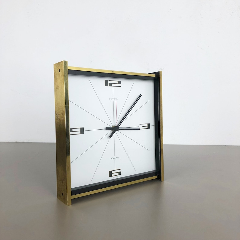 vintage années 1960 Hollywood Regency Brass Table Clock Europa Junghans, Allemagne MAX BILL |  Panton Eames - France | danois moderne | milieu du siècle moderne