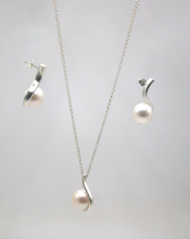 women/'s earrings with pearls minimal earrings elegant jewel Earrings with pearls in sterling silver wedding accessory