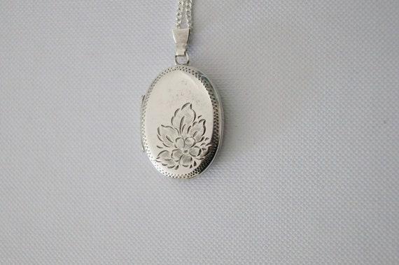 Vintage Sterling Silver Locket - Silver Flower Loc