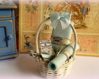 miniature 1: 12 scale-dollhouse Vintage sewing basket.