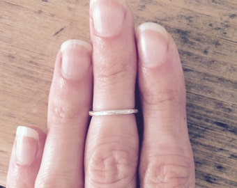 MIDI, argento midi anello, anello mignolo, anello semplice impilatore, battuto anello distanziale, martellato anello in argento, impilatore anello, anello di nocca